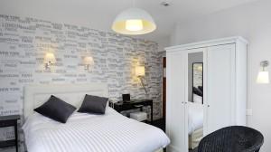 Una autre idée de couleur de chambre, celle ci est une chambre avec balcon dotée d' une grande salle de bain