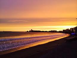 Pour admirer un magnifique coucher de soleil aux Sables d'Olonne, le restaurant le petit Bar sur la plage est fait pour vous