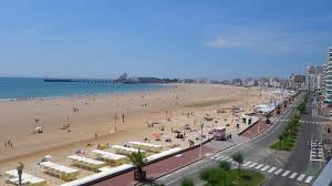 Le bord de mer des Sables d'olonne se situe à 200 mètres de l'hôtel Calme des Pins