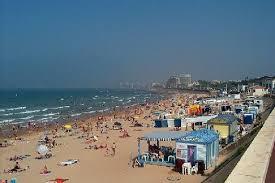 Pour se détendre dans un esprit familiale dans les restauarnts , la plage de tanchet à 500 mètres de l'hôtel