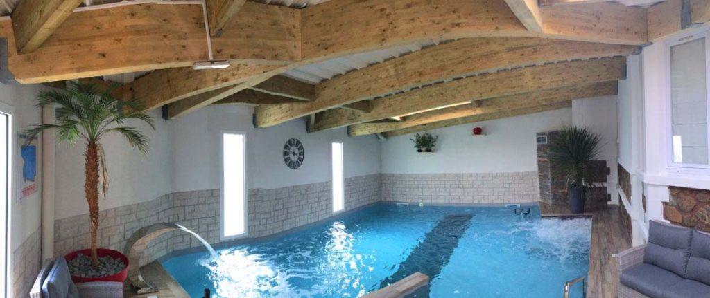 L'espace piscine de l'hôtel le Calme des Pins
