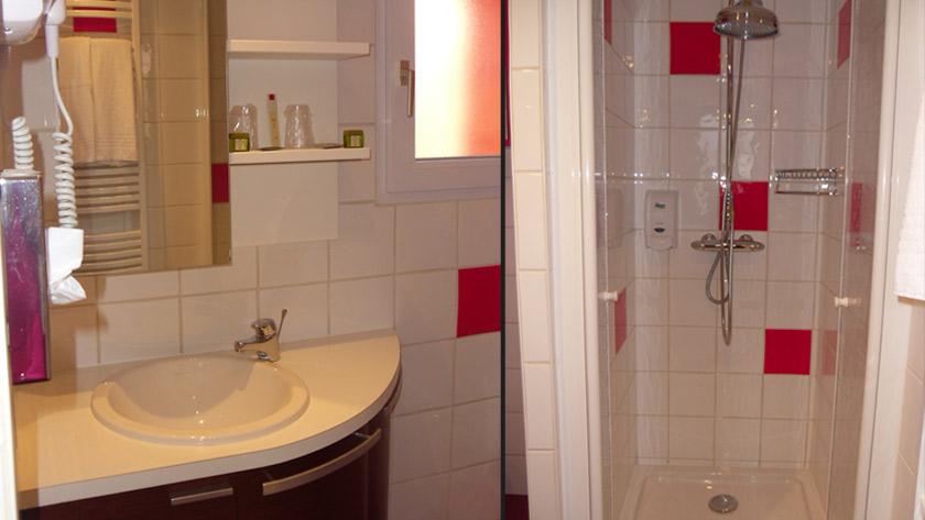 salle de douche chambre quadruple hotel Calme des Pins